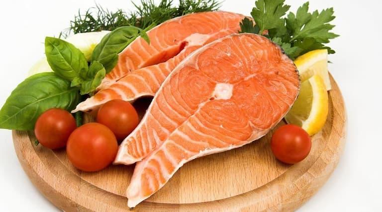 Người bệnh có thể tăng cường thịt cá trong bữa ăn hàng ngày