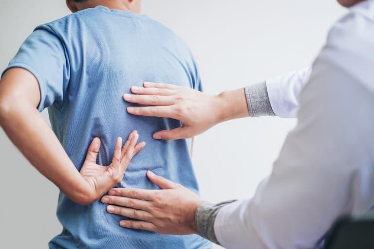 Các bác sĩ thường tiến hành thăm khám bên ngoài trước để xác định triệu chứng người bệnh gặp phải