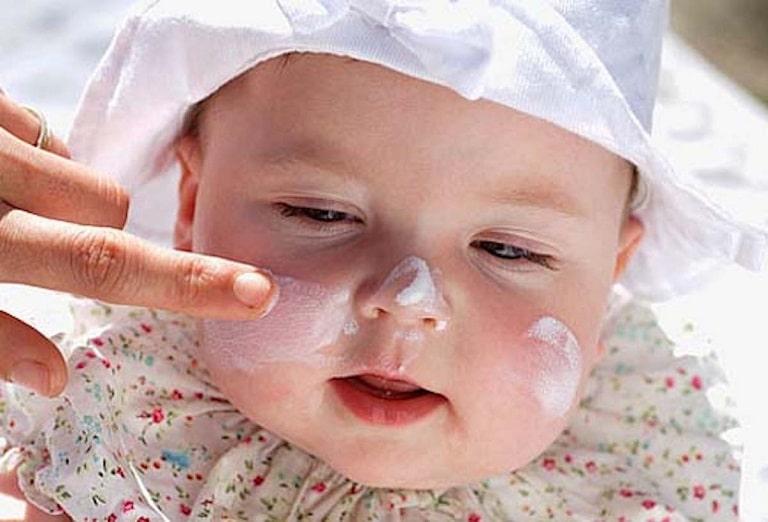 Cha mẹ nên sử dụng các sản phẩm dưỡng da dành riêng cho trẻ em