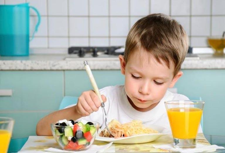 Chế độ dinh dưỡng đầy đủ chất giúp bé tăng cường hệ miễn dịch