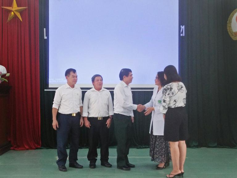 Quân Dân 102 trao tặng phần quà cho tất cả các cán bộ, hội viên Hội Cựu chiến binh thị xã Mỹ Hào, tỉnh Hưng Yên