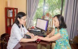 Bệnh nhân đến thăm khám và điều trị với bác sĩ Nguyễn Thị Vân Anh