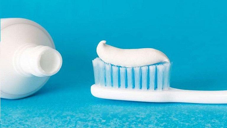 Baking soda và kem đánh răng sẽ giúp trẻ sớm sở hữu hàm răng trắng sáng, đều màu