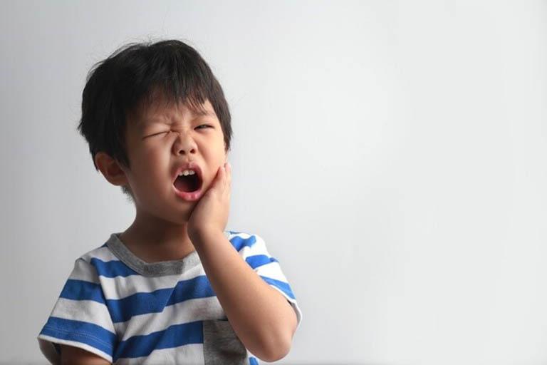 Trẻ bị đau răng thường có biểu hiện sưng một bên má, mệt mỏi, biếng ăn