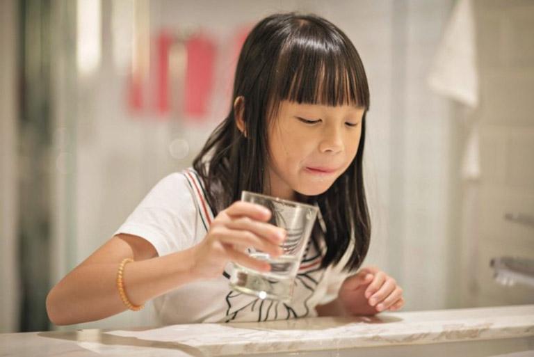 Súc miệng bằng nước muối sẽ giúp trẻ giảm đau, sát trùng cực kỳ hiệu quả