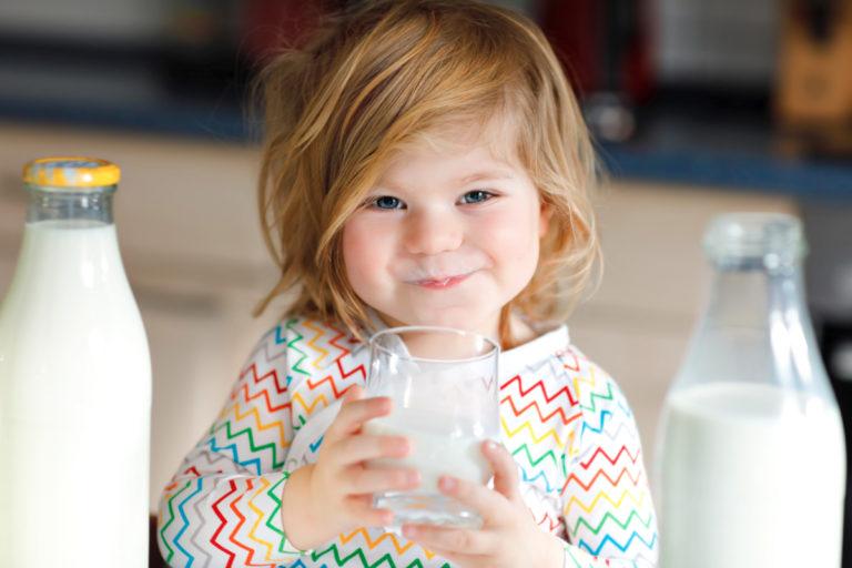 Thói quen uống nước bằng ly sẽ ngăn ngừa nguy cơ sâu răng dẫn tới đau nhức răng ở trẻ