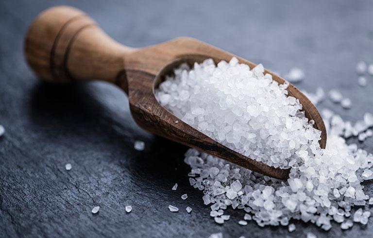 Muối có tác dụng diệt khuẩn tốt nên thường được sử dụng trong các bài thuốc chữa bệnh da liễu