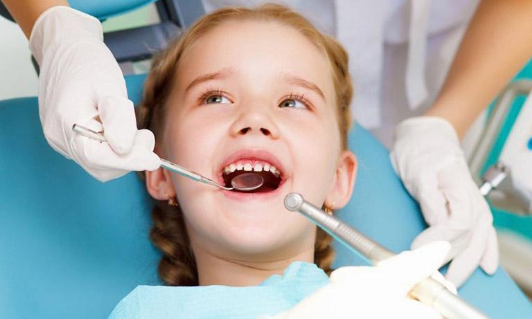 Trẻ từ 5 tuổi, răng sữa bắt đầu lung lay và được thay thế bằng răng vĩnh viễn