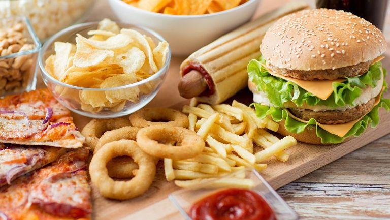 Bạn nên hạn chế ăn các loại bánh kẹo, đồ ăn vặt sau khi thực hiện