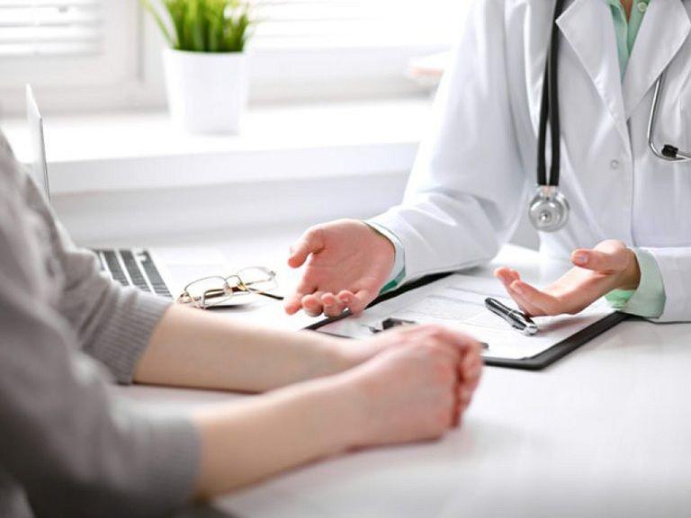 Nếu người bệnh bị nổi mẩn ngứa ở cổ kèm triệu chứng sốt, khó thở thì phải nhanh chóng gặp bác sĩ
