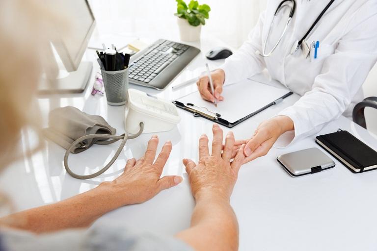 Người bệnh nên chủ động đến gặp bác sĩ để được thăm khám và điều trị bệnh viêm khớp dạng thấp