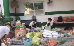 Công tác đóng gói quà được tiến hành khẩn trương để gửi vào HCM