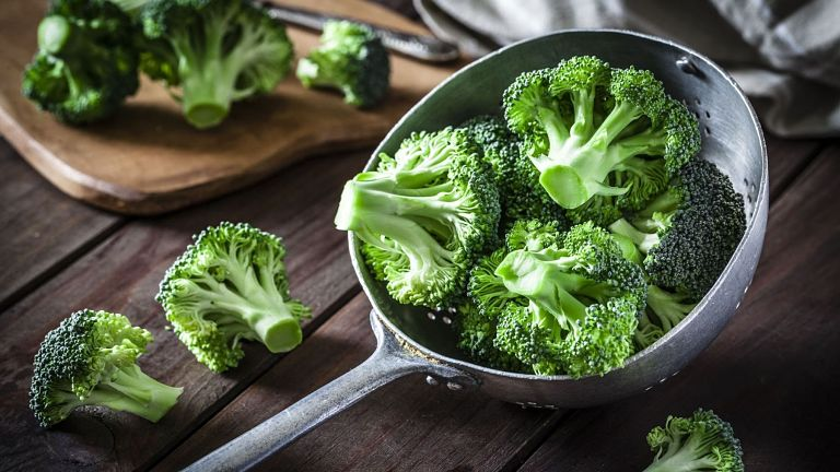 Bạn nên ăn nhiều rau xanh và trái cây tốt cho răng miệng sau điều trị