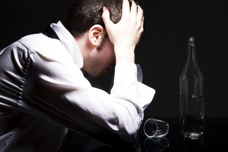 Ngoài các triệu chứng ngoài da, người bệnh còn cảm thấy đau đầu, chóng mặt