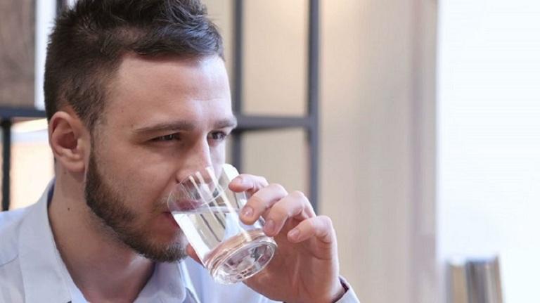 Hãy uống nhiều nước sau khi uống rượu để đào thải độc tố