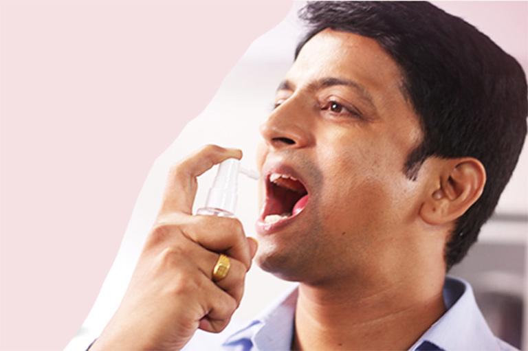 Anh Hoàng thường xuyên phải sử dụng xịt thơm miệng để hạn chế mùi hôi miệng do trào ngược dạ dày gây ra