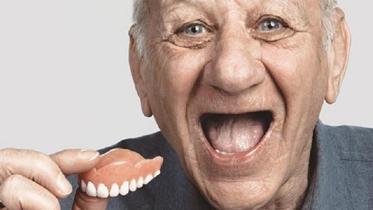 Răng giả tháo lắp nhựa dẻo thường sử dụng nền bằng nhựa