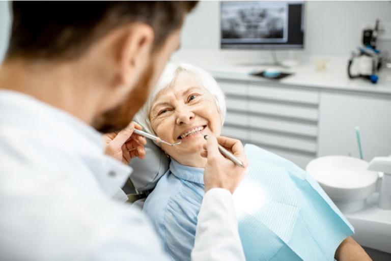 Bác sĩ sẽ thực hiện khám sức khỏe răng miệng cho bệnh nhân tổng quan