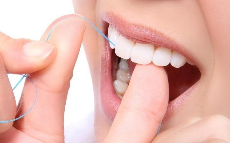 Để tránh nướu và răng không bị tổn thương, hãy thay thế tăm xỉa răng bằng chỉ nha khoa