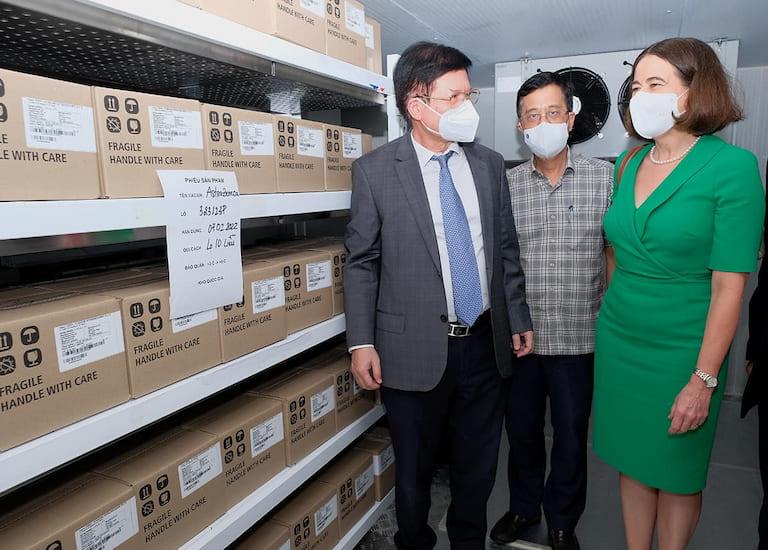 Thứ trưởng Bộ Y tế Trương Quốc Cường tiếp nhận thêm 300.000 liều vaccine COVID-19 và trang thiết bị chống dịch từ Chính phủ Australia